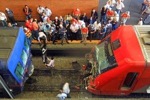 Metrôs e Trens urbanos de São paulo circulam diariamente lotados, sujeitos a acidentes, como este que feriu 42 pessoas em 2012 na estação Barra Funda.  O povo é a maior vítima do propinoduto tucano, Alckmin...